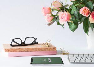 Clavier d'ordinateur et smartphone avec des roses